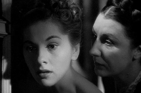 Joan-Fontaine-and-Judith-Anderson-in-Rebecca-1940